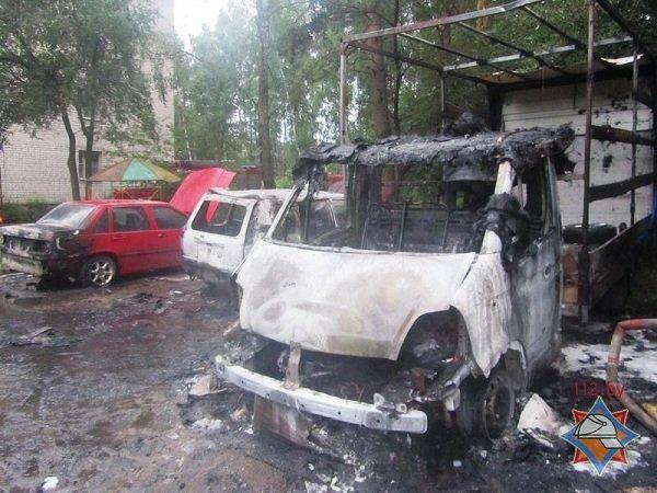 В Пышках из-за короткого замыкания сгорело четыре автомобиля (фото) - фото 4