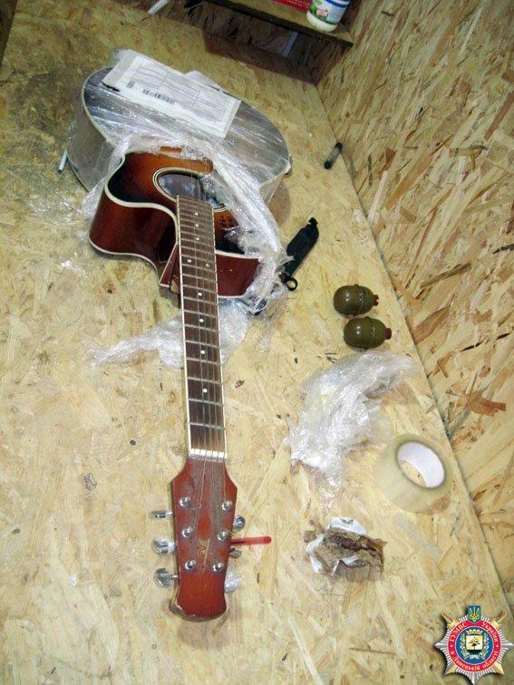 Гитара с гранатами. Из Донецкой области экспресс-доставкой пытались отправить боеприпасы (фото) - фото 1