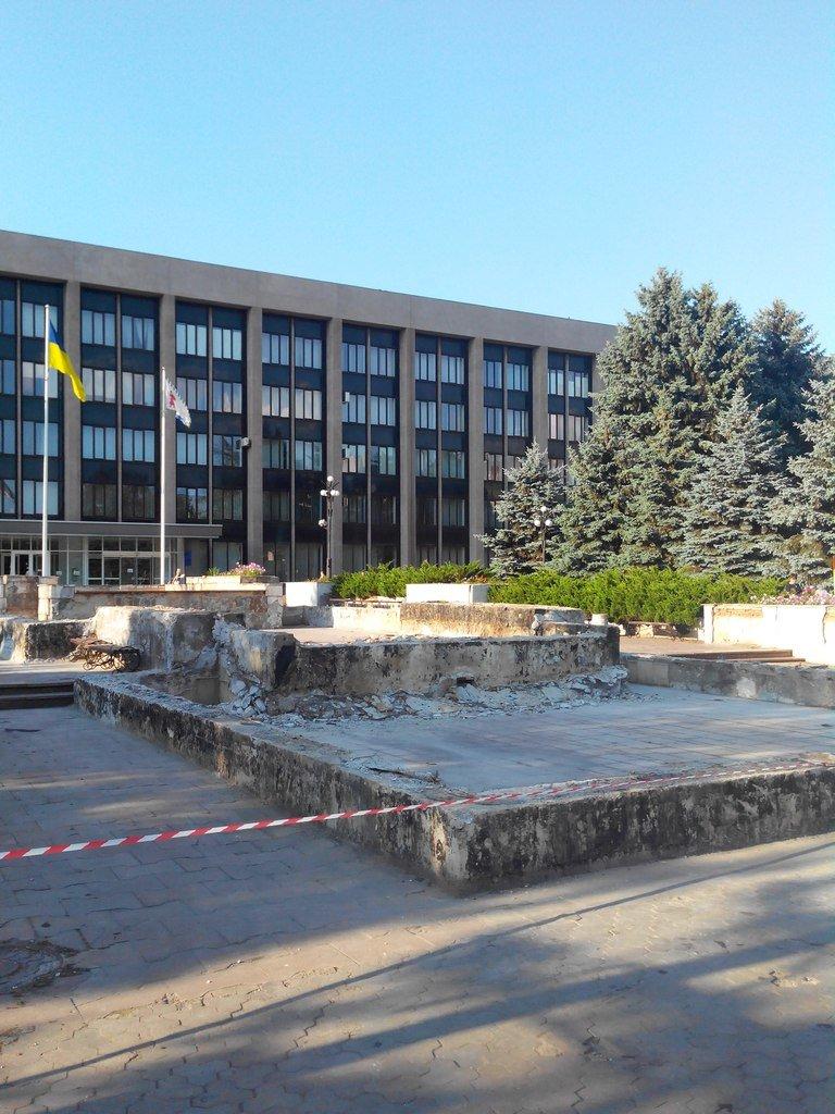 В Кривом Роге: из маршрутки вышвырнули женщину, реконструируют фонтан под горисполкомом, поймали на взятке сотрудницу колледжа, фото-2