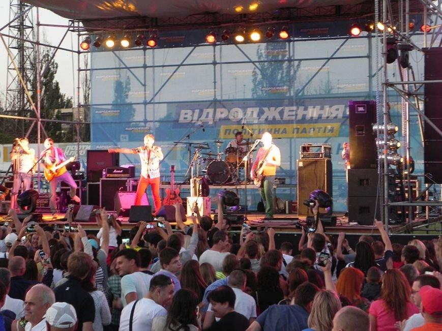 В Никополе 10 тысяч металлургов спели гимн Украины вместе с Олегом Скрипкой (фото) - фото 4