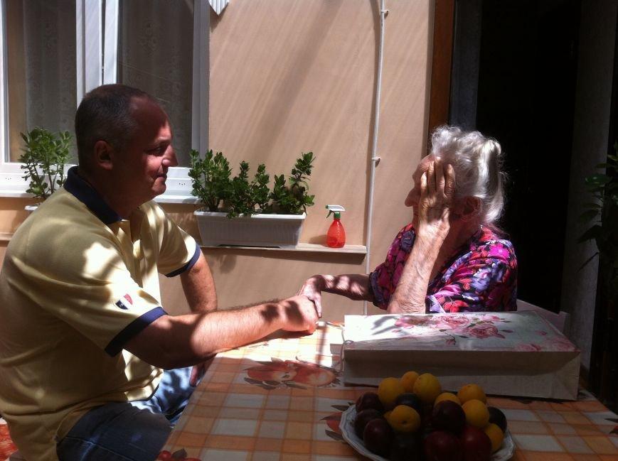 Со 101-м Днем рождения ялтинку поздравил депутат горсовета, фото-1