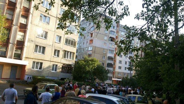 У Львові міліція взяла штурмом квартиру, де утримували заручницю та звільнила її (ФОТО) (фото) - фото 3