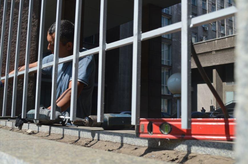 Запорожскую облгосадминистрацию ограждают металлическим забором (ФОТО), фото-3