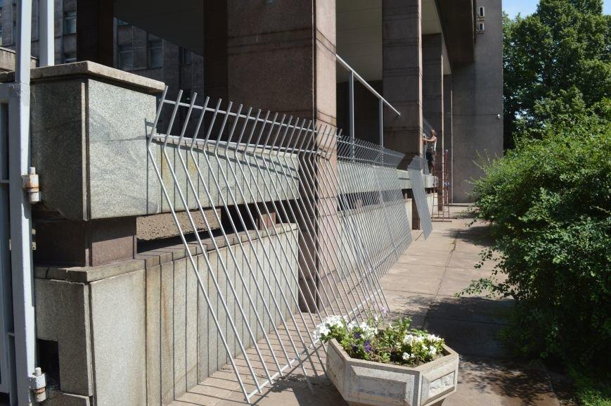 Запорожскую облгосадминистрацию ограждают металлическим забором (ФОТО), фото-1