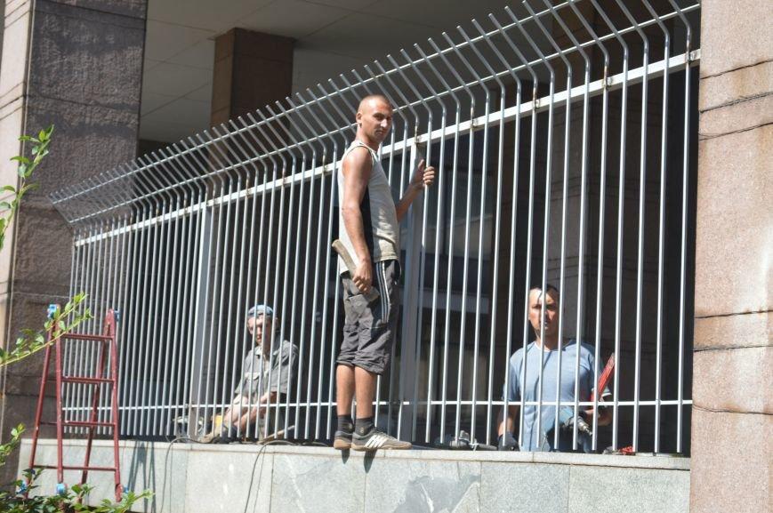 Запорожскую облгосадминистрацию ограждают металлическим забором (ФОТО), фото-2