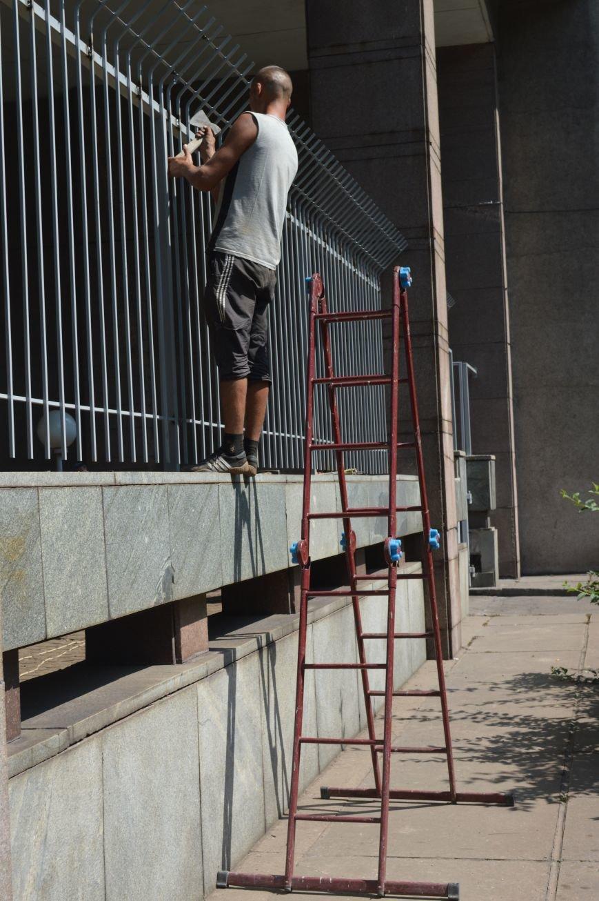Запорожскую облгосадминистрацию ограждают металлическим забором (ФОТО), фото-5