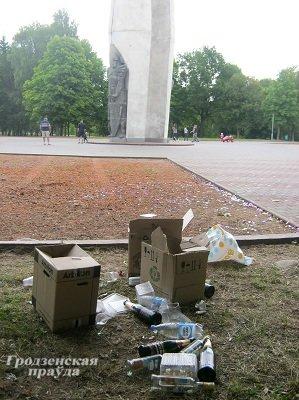 Фотофакт: в Коложском парке свадебный кортеж оставил горы мусора (фото) - фото 1
