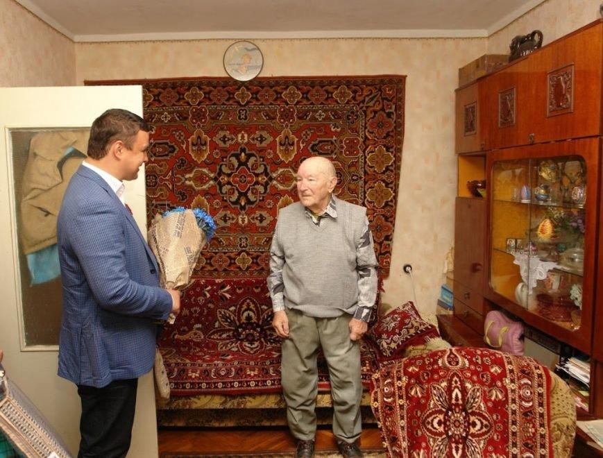 Максим Микитась з нагоди Дня Перемоги подарунками привітав ветеранів міста та області, фото-1