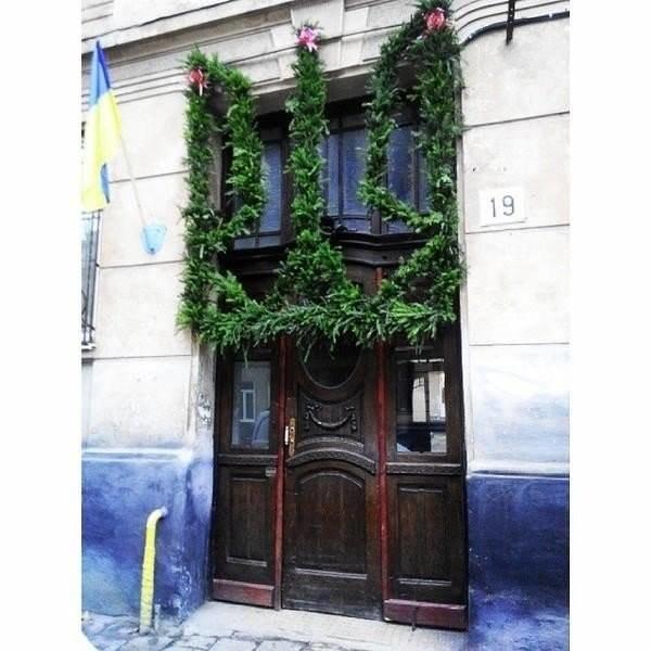 Патріотична брама у Львові: львів'яни зробили весільну браму у вигляді тризубу (ФОТО) (фото) - фото 1