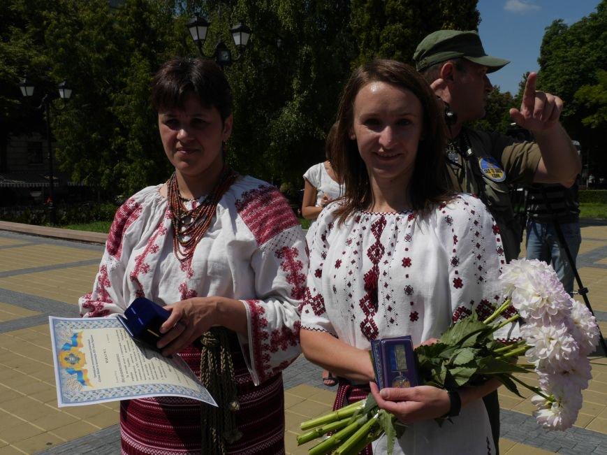 Тернопільських волонтерів, які вже рік збирають допомогу для бійців, урочисто нагородили (ФОТОРЕПОРТАЖ) (фото) - фото 2