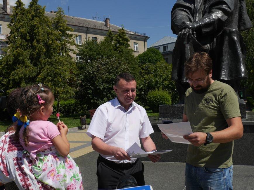 Тернопільських волонтерів, які збирають допомогу для бійців АТО, урочисто нагородили (ФОТОРЕПОРТАЖ) (фото) - фото 2