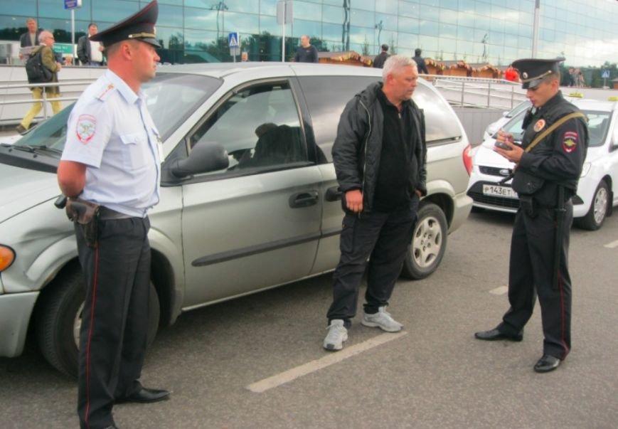 В аэропорту  Домодедово участились случаи перевозок пассажиров «Нелегальными таксистами» (фото) - фото 1