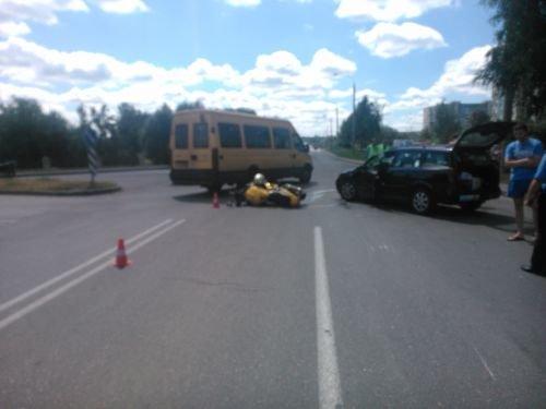 На ул Тавлая мотоциклист пролетел несколько метров после столкновения с автомобилем (фото) - фото 2
