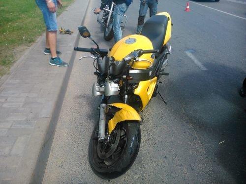 На ул Тавлая мотоциклист пролетел несколько метров после столкновения с автомобилем (фото) - фото 1