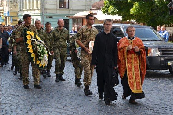 У Львові поховали Героя, який загинув в зоні бойових дій 13 лютого 2015 року (ФОТО) (фото) - фото 3