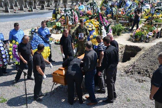 У Львові поховали Героя, який загинув в зоні бойових дій 13 лютого 2015 року (ФОТО) (фото) - фото 5