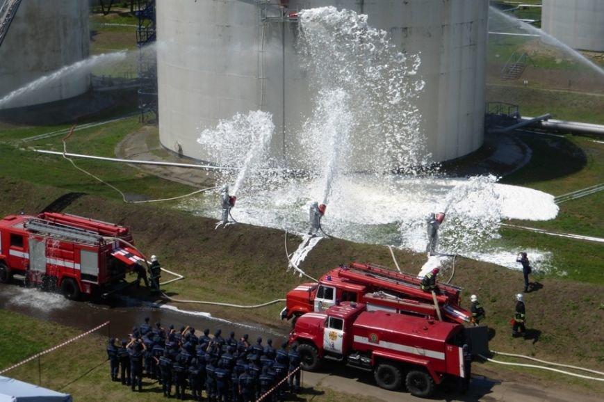 Кіровоград: пожежно-рятувальні підрозділи провели масштабні навчання на нафтобазі (фото) - фото 1