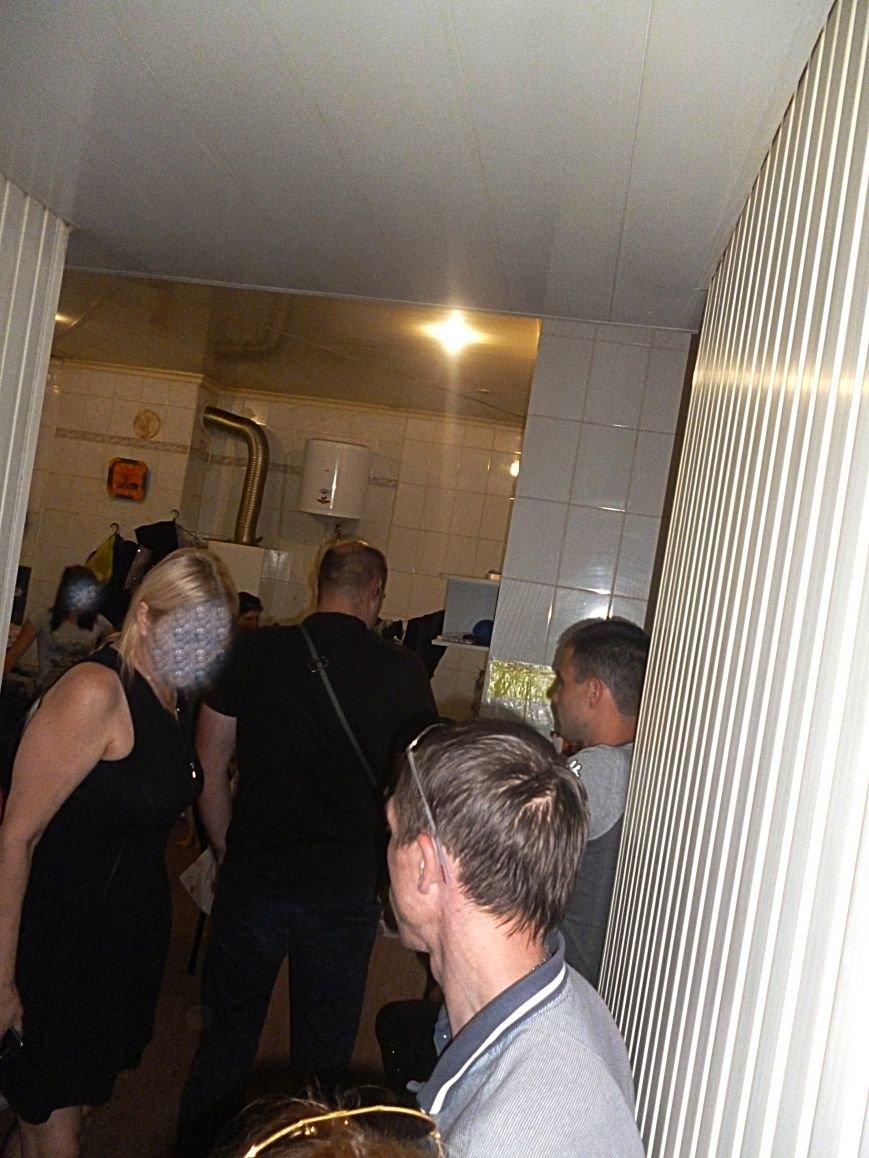 В центре Кривого Рога правоохранители с активистами выявили «ночной клуб», где клиентам оказывали услуги интимного характера (ФОТО) (фото) - фото 1