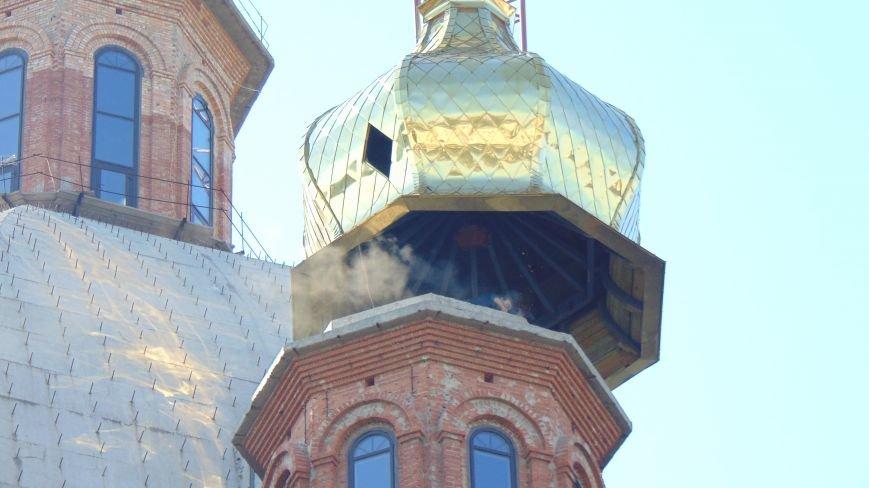 На храме в центре Мариуполя появился первый золотой купол (ФОТОФАКТ) (фото) - фото 1