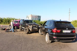 У Тернополі масштабна ДТП: зіткнулись три автівки, троє пасажирів – у лікарні (ФОТО) (фото) - фото 1