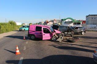 У Тернополі масштабна ДТП: зіткнулись три автівки, троє пасажирів – у лікарні (ФОТО) (фото) - фото 2