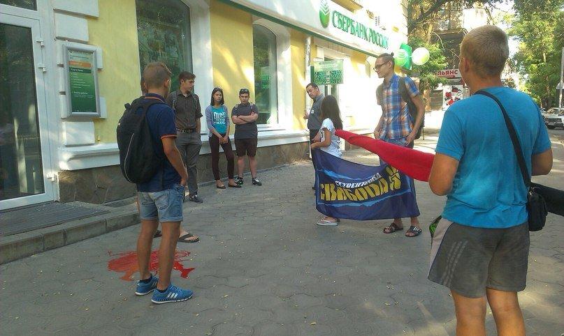 Активисты «Студенческой Свободы» Никополя провели акцию «Сбербанк России - банк оккупант!» (фото) - фото 4