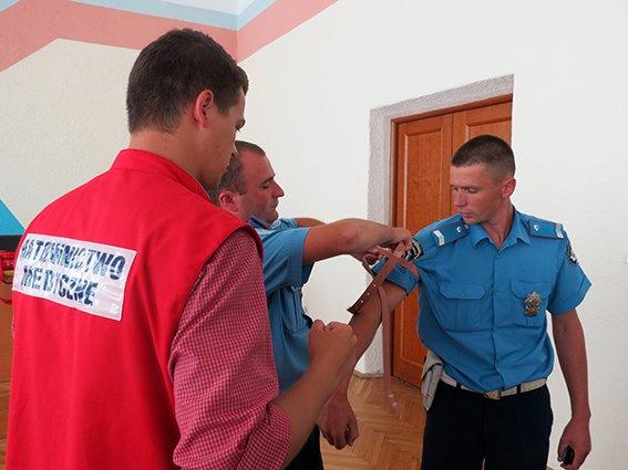 Прикарпатські працівники ДАІ навчали надавати першу допомогу постраждалим в ДТП (ФОТО) (фото) - фото 1