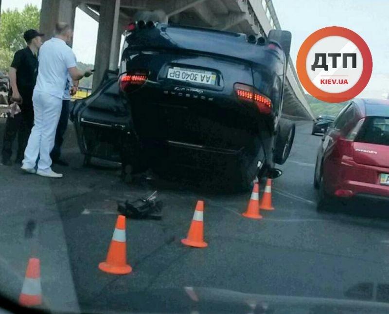 В Киеве на мосту Метро перевернулся Porsche Cayenne (ФОТО) (фото) - фото 1