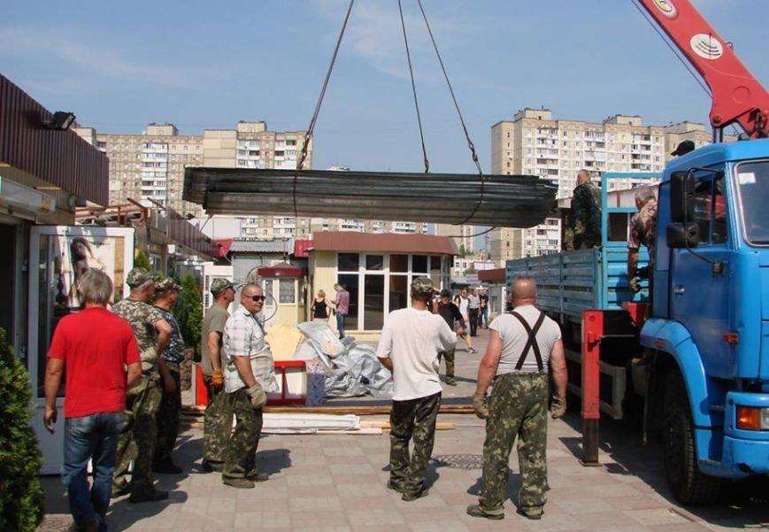 На Троещине полицейские задержали хозяев МАФов во время демонтажа (ФОТО) (фото) - фото 1