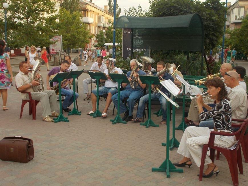 В Бердянске состоялся концерт-подарок народного духового оркестра (фото) - фото 1