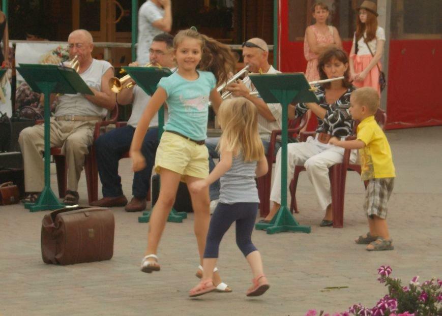 В Бердянске состоялся концерт-подарок народного духового оркестра (фото) - фото 3