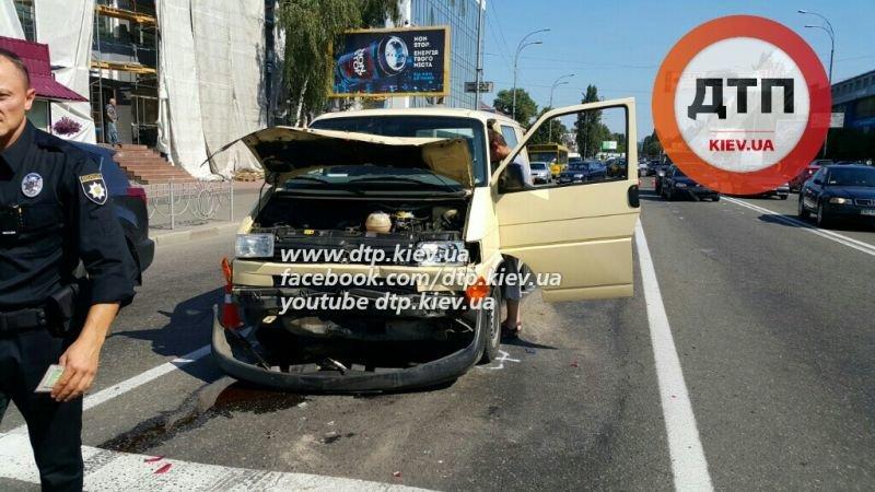В Киеве на Подоле в масштабной ДТП столкнулись 7 автомобилей (фото) - фото 1