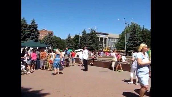 Обнищавшая ярмарка: В Горловке вместо традиционной ярмарки товаров, основным «угощением» стали девушки модели (фото) - фото 2