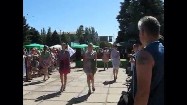 Обнищавшая ярмарка: В Горловке вместо традиционной ярмарки товаров, основным «угощением» стали девушки модели, фото-2