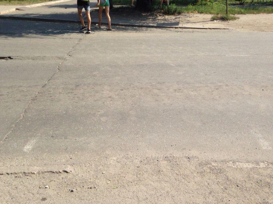 Пешеходный переход к пляжу на ЮГОКе: разметка стерта, знак срезали, а машины «летают» (ФОТО) (фото) - фото 1