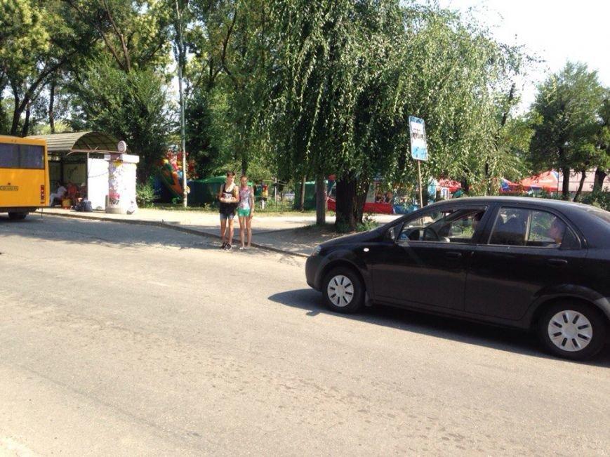 Пешеходный переход к пляжу на ЮГОКе: разметка стерта, знак срезали, а машины «летают» (ФОТО), фото-1