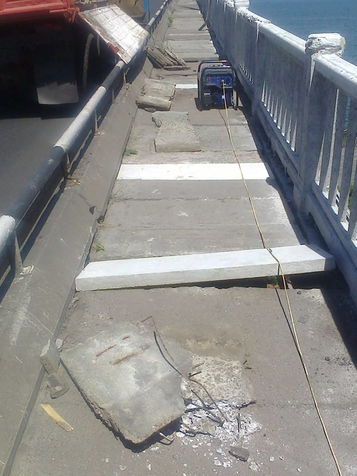 Днепропетровские коммунальщики показали, как проходят ремонтные работы на мостах, фото-1