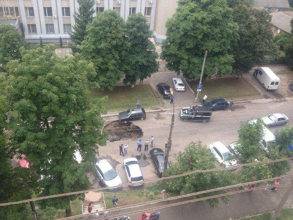 У Черкасах біля Будинку правосуддя утворилося провалля (ФОТО) (фото) - фото 1