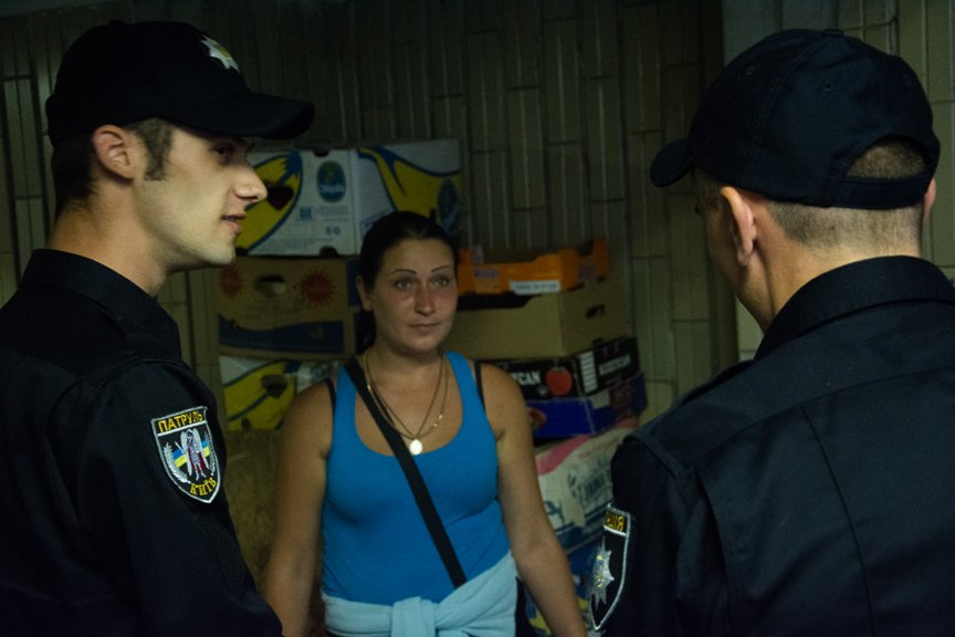 На Осокорках полиция разогнала стихийную торговлю (ФОТО) (фото) - фото 1