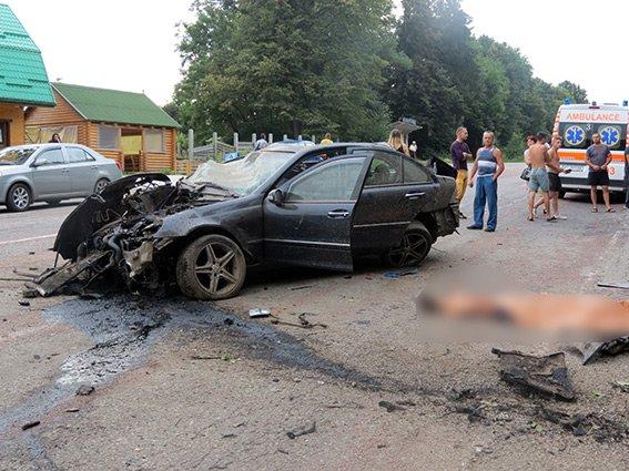 ДТП у селі Павлівка: двоє людей загинуло, ще одна - у лікарні (ФОТО) (фото) - фото 1