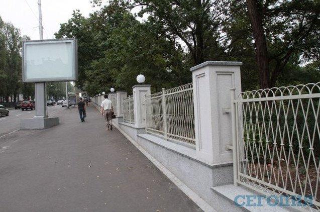 В Киеве вандалы разбили плафоны на новой ограде ботсада, - СМИ (ФОТОФАКТ) (фото) - фото 1