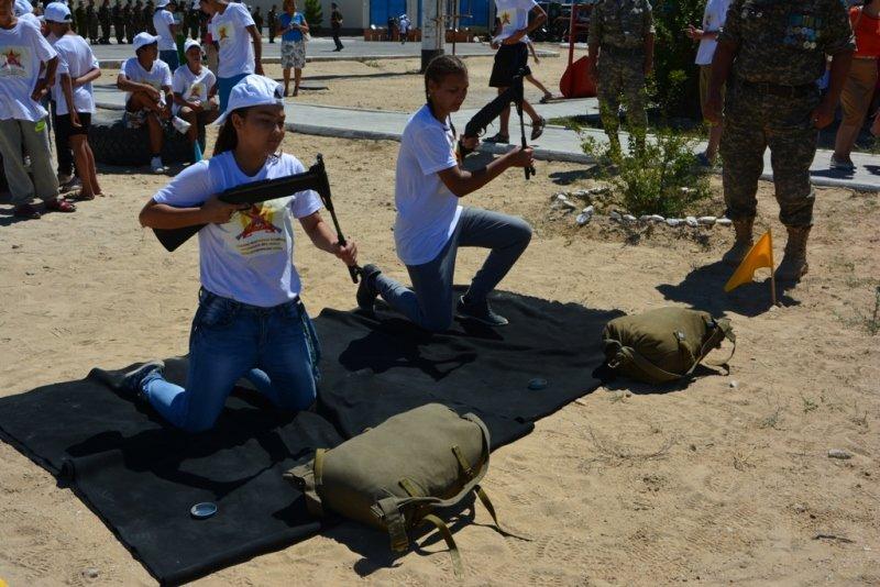 50 детей-сирот из Актау прошли обучение в военно-патриотическом лагере (фото) - фото 1