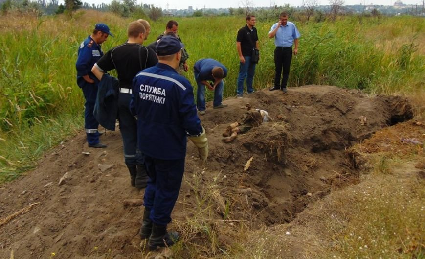 В Мариуполе женщина, искавшая металлолом, погибла под завалами грунта, фото-1