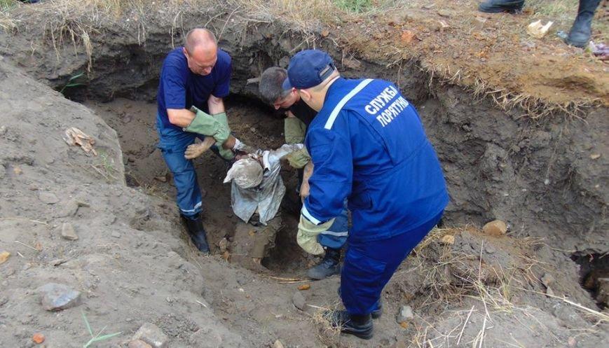 В Мариуполе женщина, искавшая металлолом, погибла под завалами грунта, фото-8