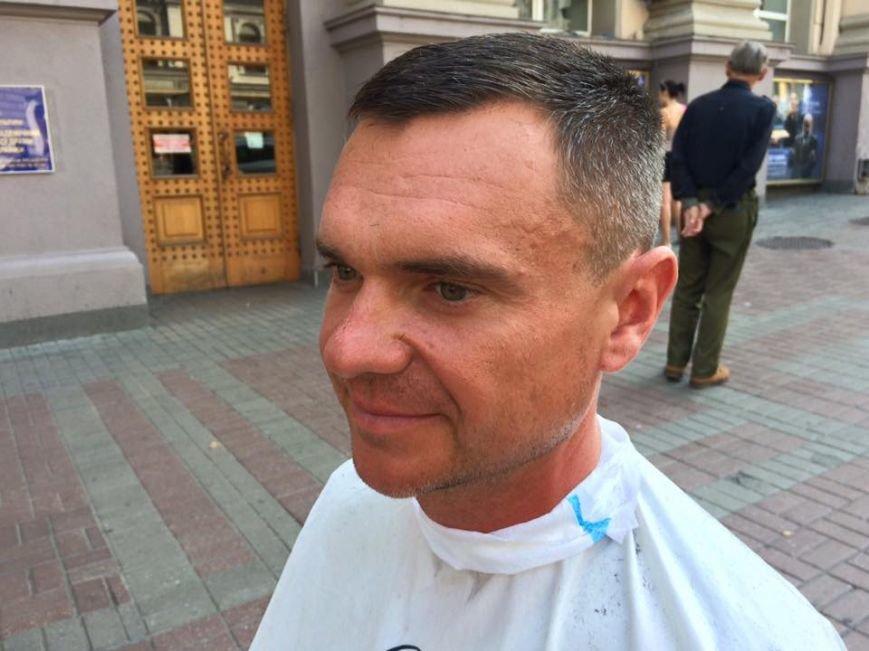 В Киеве парикмахер бесплатно стрижет бездомных (ФОТО) (фото) - фото 1