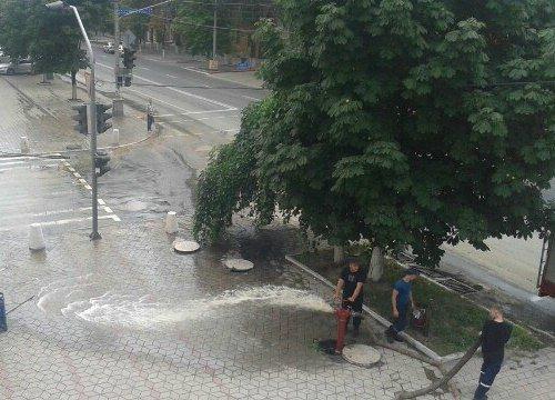 По главному проспекту Мариуполя льется вода ржаво цвета (ФОТО) (фото) - фото 1
