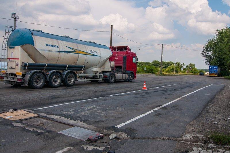 На дорогах Днепропетровщины из-за жары ограничили движение грузовиков (фото) - фото 1