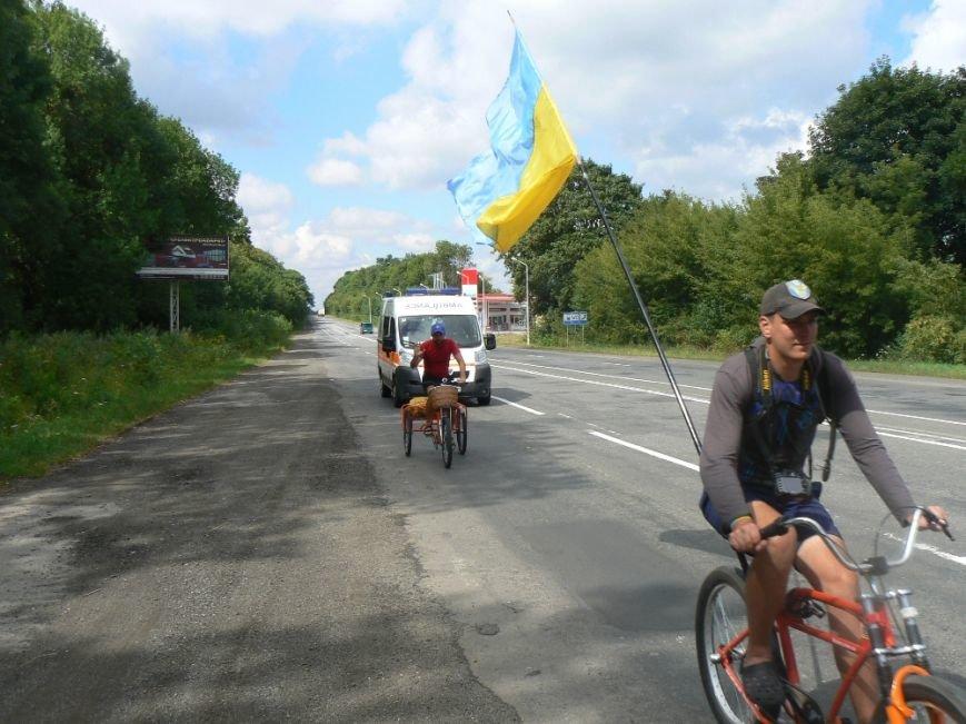 У Хмельницькому до учасників благодійного марафону «Захід-Схід» приєднався ще один велосипедист (фото) - фото 2