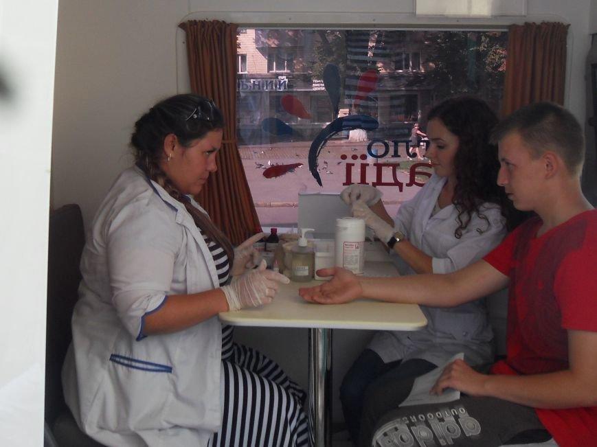 Полтавців тестували на гепатит просто в центрі міста. Фото (фото) - фото 2