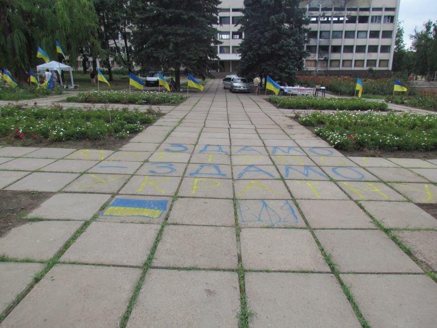 В Мариуполе протестующие пикетчики превратили площадь у сгоревшего горсовета в плакат и устроили ярмарку (ФОТО), фото-1